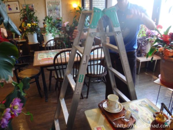 『喫茶ツヅキ』ポットと脚立をもってきたお兄さん画像