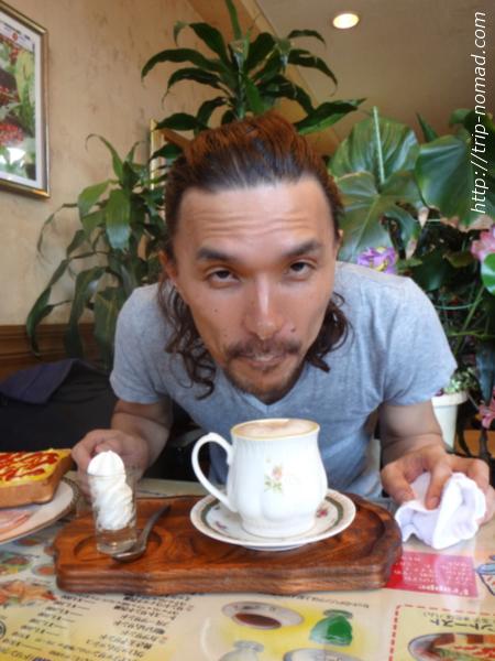 『喫茶ツヅキ』泡を鼻につけて飲む画像