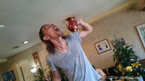 『喫茶ツヅキ』脚立に乗ってポットを持つ画像