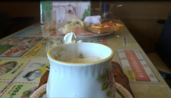 『喫茶ツヅキ』脚立下からの「カフェオレ天井落とし」画像