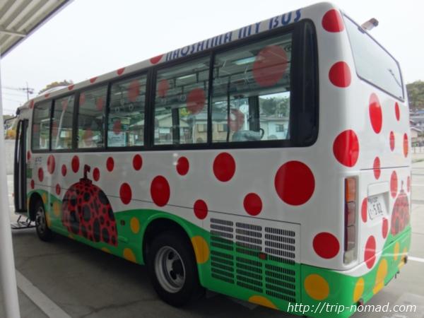 『直島』赤かぼちゃ仕様バス画像