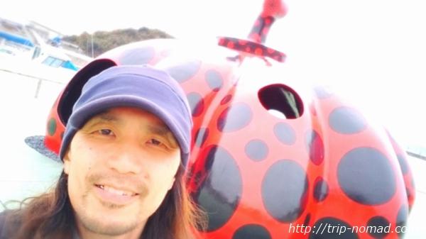 「直島」草間彌生『赤かぼちゃ』と記念写真画像