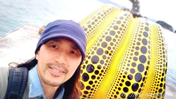 「直島」草間彌生『黄色かぼちゃ』と記念写真画像