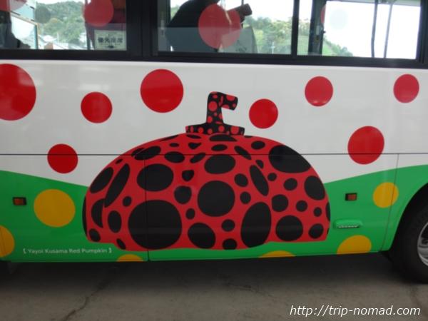 「直島」草間彌生南瓜ラッピングされた路線バス画像