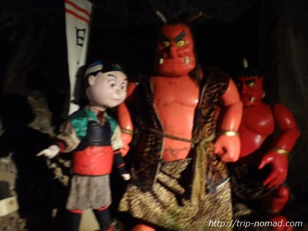 『鬼ヶ島大洞窟』鬼と桃太郎オブジェ画像