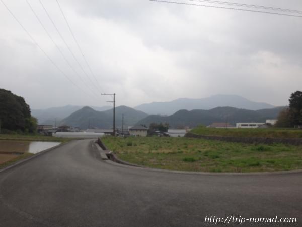 愛媛県宇和島市の山に囲まれた風景画像