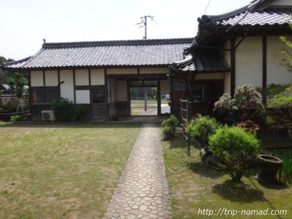 愛媛県宇和島市『古民家與那原家』長屋門裏側と内庭画像