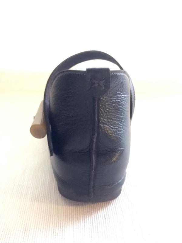『女子旅おすすめアイテム』「Belle&Sofaやさしい靴工房:株式会社ベル」さんの『特許ナチュラルストラップシューズ アイリー』後ろから画像