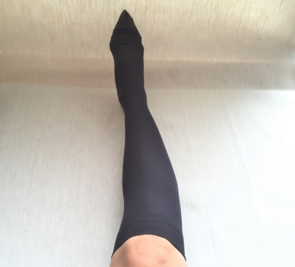 『女子旅冷え性対策』『着圧ストッキング』黒い布を使っての着用完了時画像