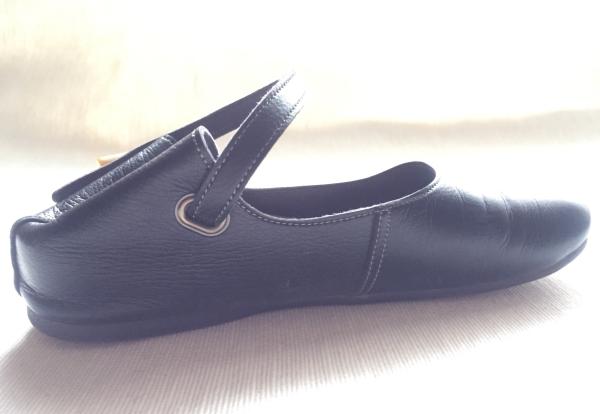 『女子旅おすすめアイテム』「Belle&Sofaやさしい靴工房:株式会社ベル」さんの『特許ナチュラルストラップシューズ アイリー』踵を踏みつぶした状態横から画像