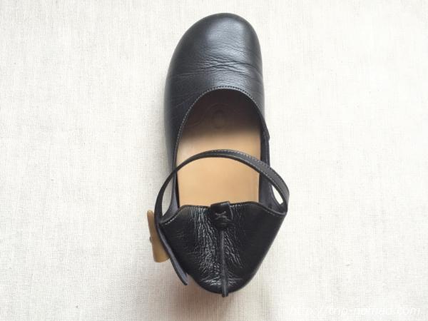 『女子旅おすすめアイテム』「Belle&Sofaやさしい靴工房:株式会社ベル」さんの『特許ナチュラルストラップシューズ アイリー』踵を踏みつぶした状態上から画像
