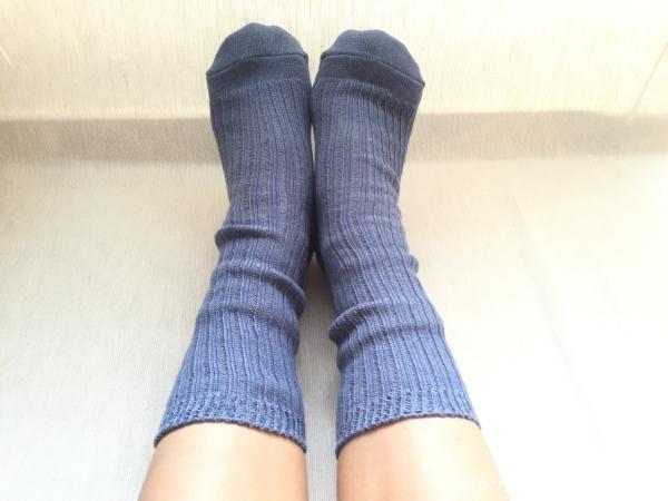 『女子旅冷え性対策』「シルクふぁみりぃ」さんの『冷えとり靴下』の「重ね履き用コットンリブ靴下」着用時画像