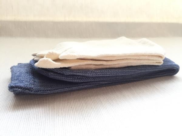 『女子旅冷え性対策』「シルクふぁみりぃ」さんの『冷えとり靴下』の「エコシルク靴下」「重ね履き用コットンリブ靴下」を2枚重ねて畳んだ時画像