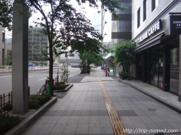 『東京シャトル』「東京駅八重洲口前」そばのコンビニとカフェ
