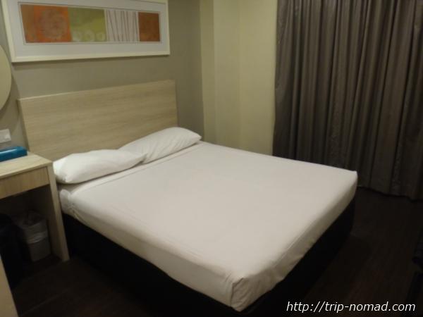 『ホテル ラッキー81』ベッド