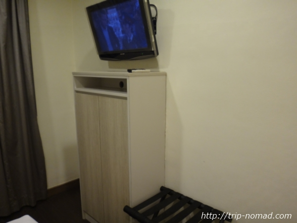 『ホテル ラッキー81』テレビと洋服ダンス