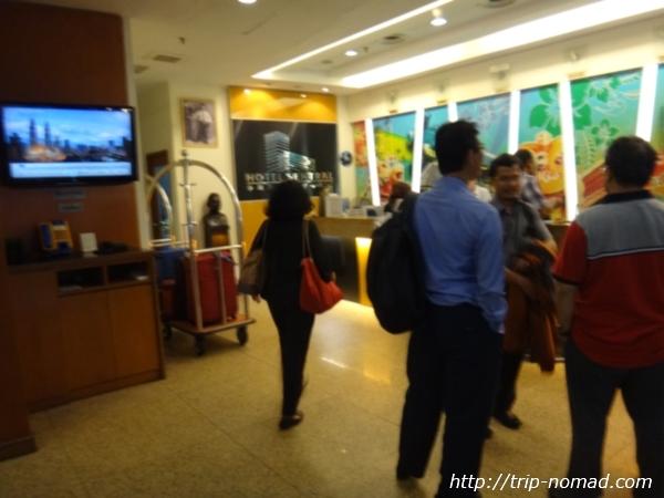『ホテル セントラル クアラルンプール』フロント><br /> こちらが部屋のカギ。<br /> カードキーでした。<br /> フロントでカードキーを受けとります。<br /> <img src=