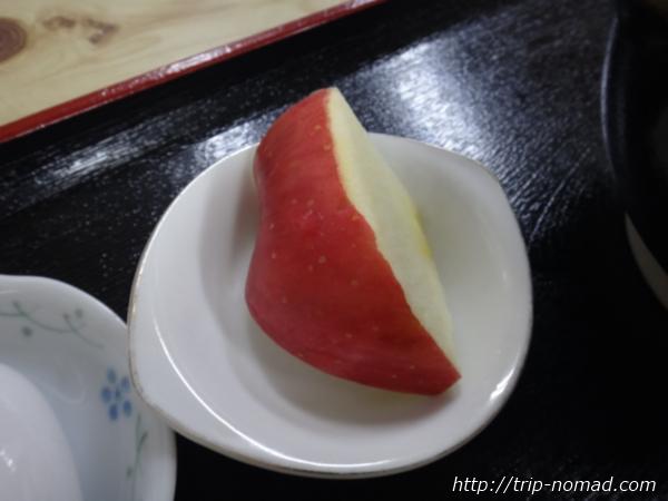 青森県弘前市『三忠食堂』『津軽そば』についていたリンゴ