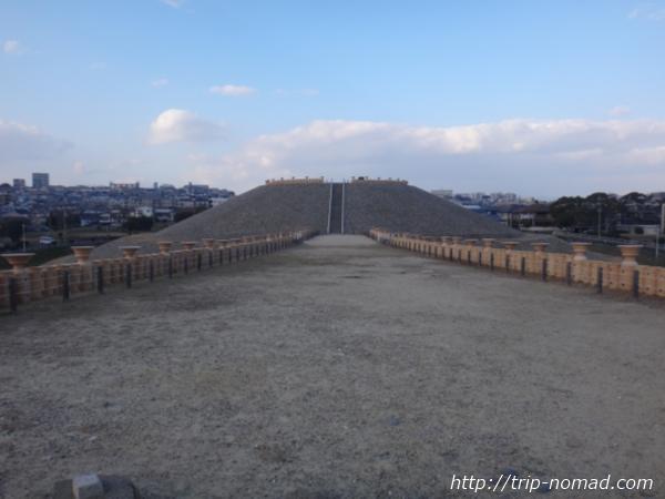 神戸『五色塚古墳』2段目前方部から後円部への眺め