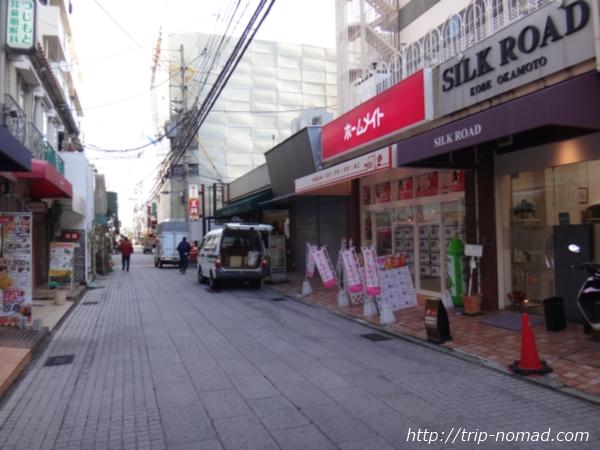 「岡本駅」から『保久良神社』への行き方 岡本駅前商店街