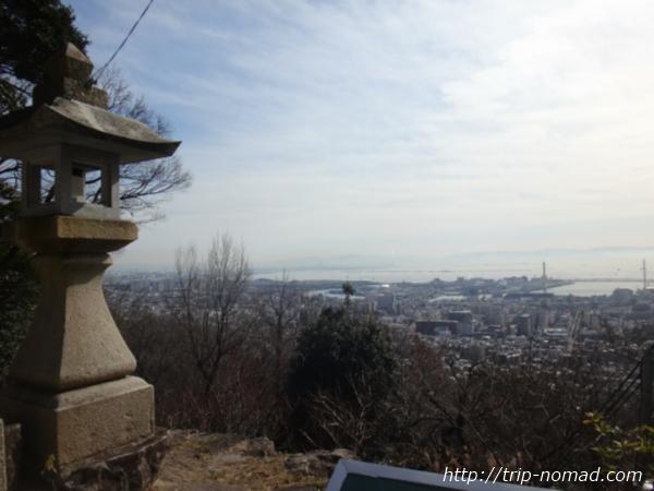 『保久良神社』石灯籠「灘の一つ火」から一望する神戸の景色