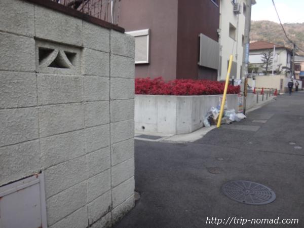 「岡本駅」から『保久良神社』への行き方 出口出てすぐ左折