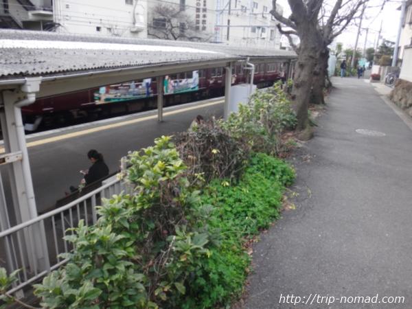 「岡本駅」から『保久良神社』への行き方 線路沿いの道