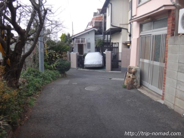 「岡本駅」から『保久良神社』への行き方 線路沿いの道突き当り