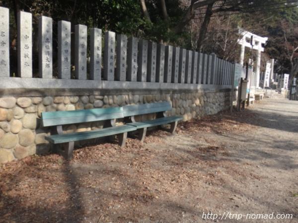 『保久良神社』鳥居前ベンチ