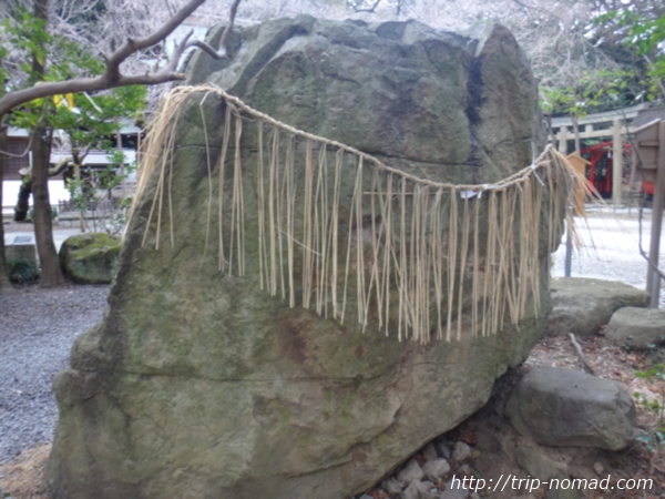 『保久良神社』磐座(いわくら)「立岩(たていわ)」