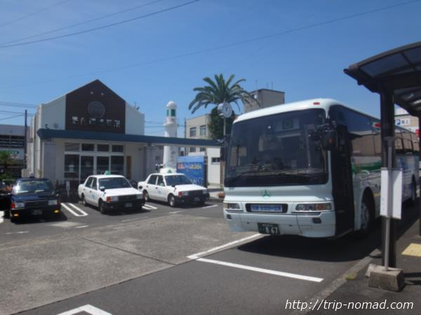 枕崎駅前のバスターミナルと観光案内所