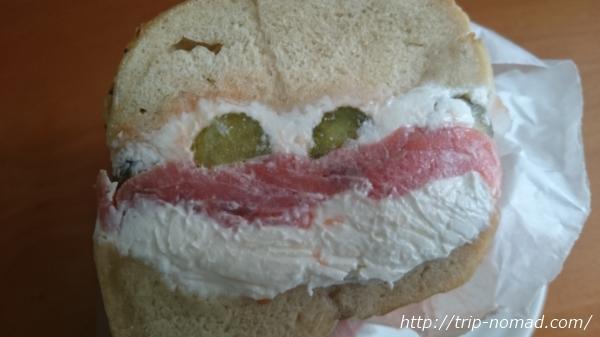 人形町おすすめランチ『オーゾウ ベーグル(OZO BAGEL)』スモークサーモン&クリームチーズのサンド