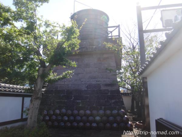 『明治蔵【薩摩酒造花渡川蒸溜所】』の敷地内にある古い樽