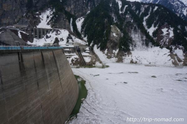 水が凍っている黒部ダム