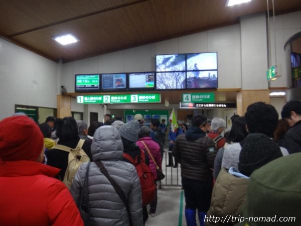 立山黒部アルペンルート『雪の大谷ウォーク』「立山駅」で並ぶ行列