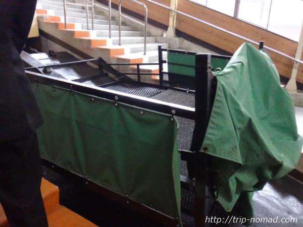立山黒部アルペンルート『雪の大谷ウォーク』「立山駅」のケーブルカーの荷台