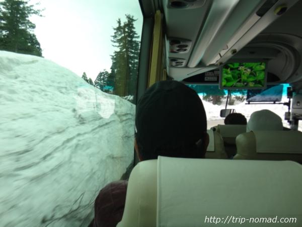 立山黒部アルペンルート『雪の大谷ウォーク』バスから見た雪の壁