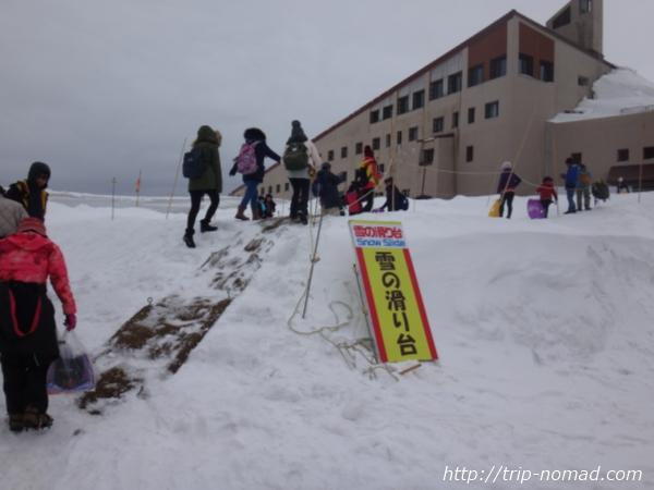 立山黒部アルペンルート『雪の大谷ウォーク』「雪の滑り台」