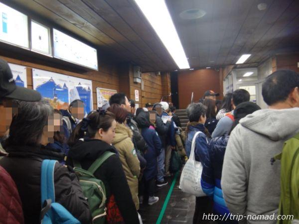 「室堂ターミナル」で「立川トンネルトロリーバス」へ並ぶ行列
