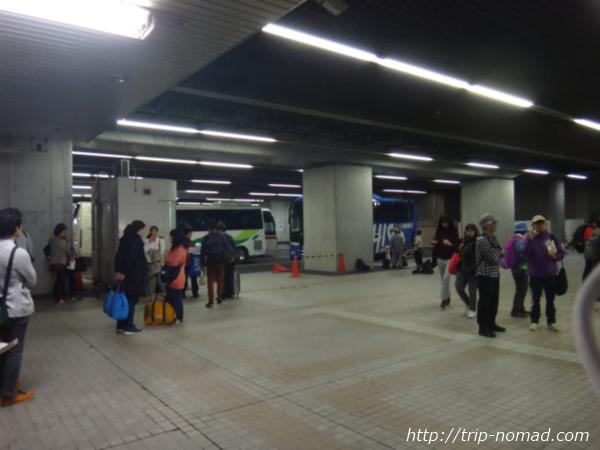 「H.I.S」さんの「立山黒部アルペンルート・雪の大谷ウォーク」ツアーの待ち合わせ場所の「新宿都庁大型駐車場」