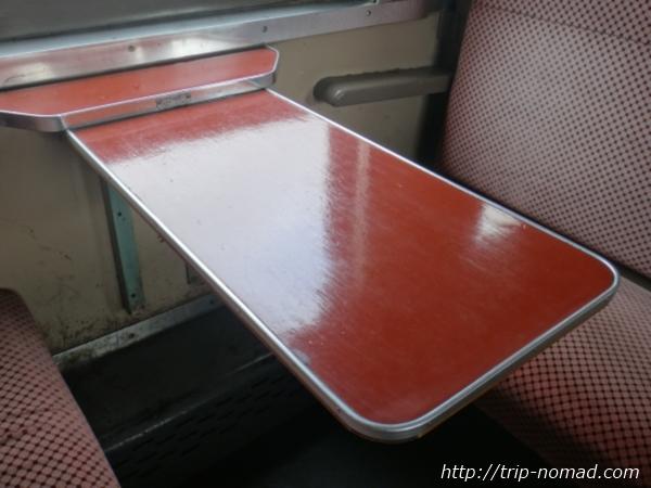青森県『ストーブ列車』車内ボックスシートのテーブル