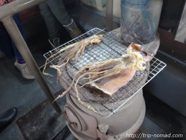 青森県『ストーブ列車』スルメイカを焼くアテンダントさん