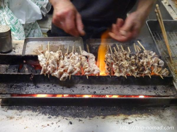 名古屋味噌串カツ・どて煮『八幡屋』の串焼き風景