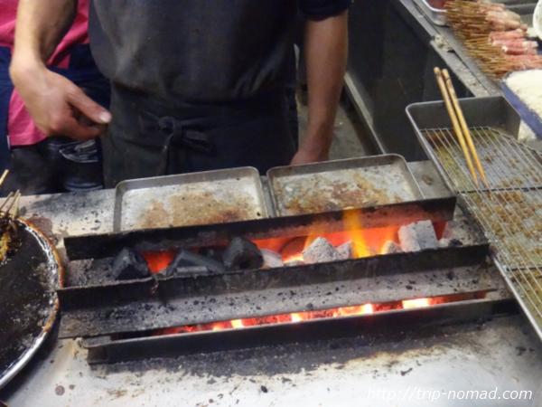 名古屋味噌串カツ・どて煮『八幡屋』串焼き風景