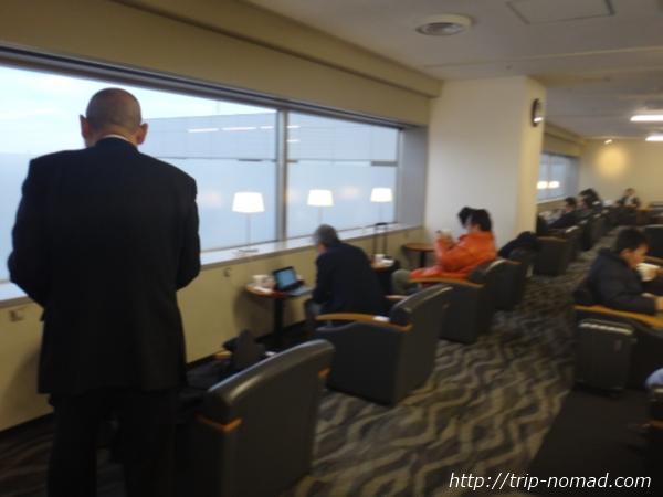 羽田空港「エアポートラウンジ(南)」電源コンセントがある窓際のカウンター席
