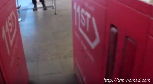 バンコク『BTS』自動改札機を通り抜ける