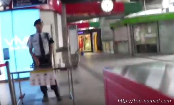 バンコク『BTS』自動改札機の向こうにいるガードマン