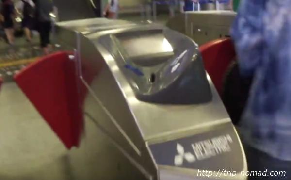 バンコク『MRT』自動改札機コイン型チケットを入れる穴