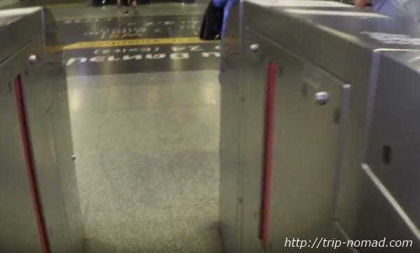 バンコク『MRT』自動改札機開いたゲート