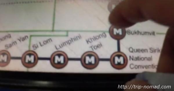 バンコク『MRT』券売機の駅名ボタンを押す